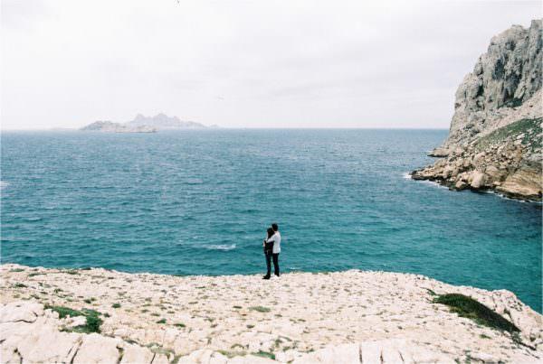 Séance d'engagement à l'argentique: Fanny&Andréa aux Calanques de Marseille