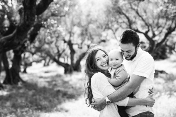 Séance de famille dans une oliveraie