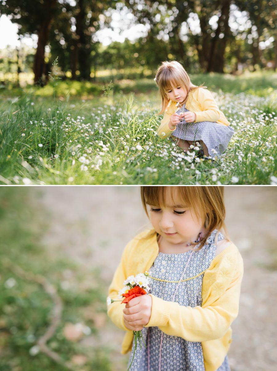 petite fille avec les fleurs de printemps