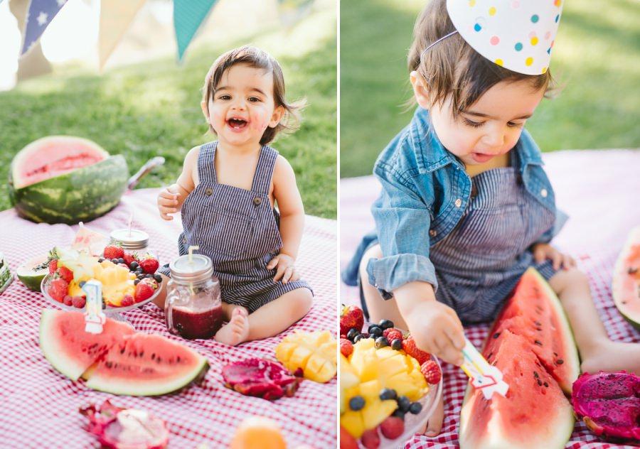 Séance d'anniversaire avec les fruits