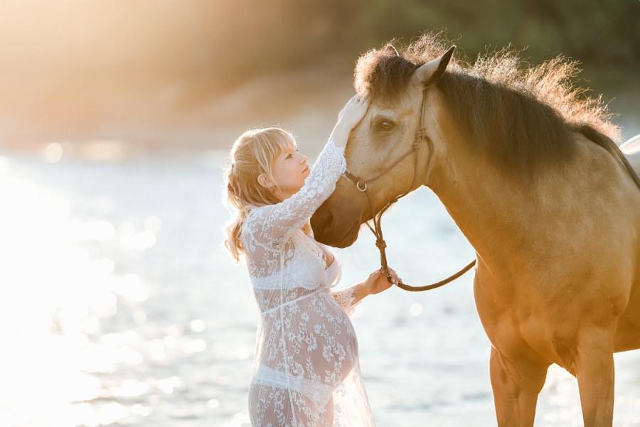 séance photo de maternité avec un cheval