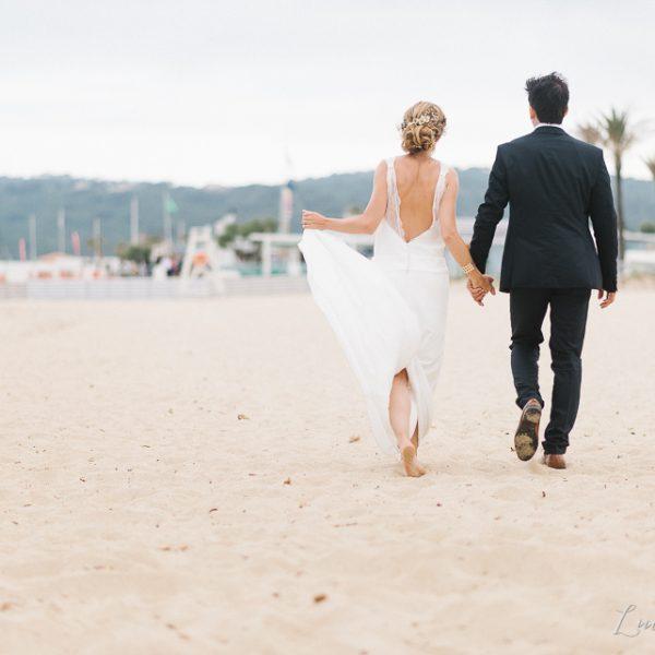 Mariage esprit Dolce Vita pieds dans le sable dans le golf de Saint Tropez