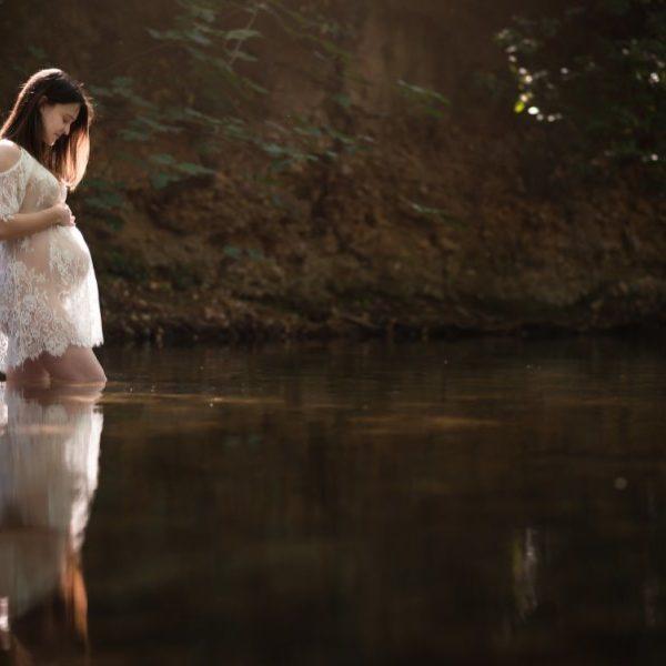 Séance de grossesse en famille à la cascade