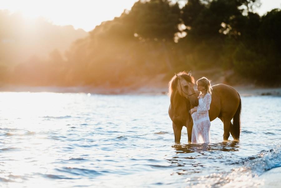 cavalière enceinte en photo avec son cheval