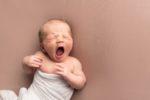 nouveau-né qui baille pendant séace photo
