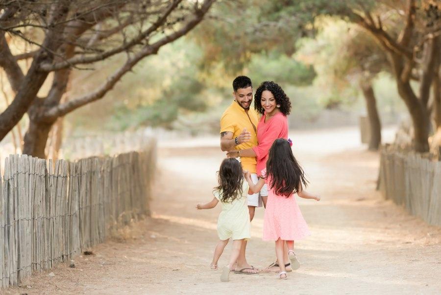 Séance famille coloré dans une pinède