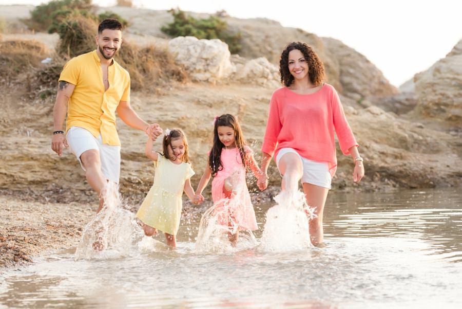 Séance famille colorée en bord de mer